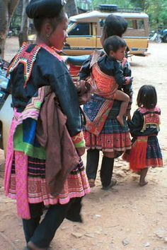 Jpeg 37K  8812K02  Blue Hmong family near Mae Hong Son