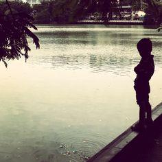 www.phosfotografia.com  #kid #vietnam #river #fiume #shadow #ombra #fotografia #photography #phos #phosfotografia