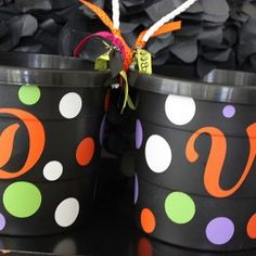 Easy Personalized Trick or Treat Halloween Buckets Halloween Buckets, Cute Halloween, Holidays Halloween, Halloween Treats, Halloween Decorations, Vinyl Crafts, Vinyl Projects, Cheap Heat Transfer Vinyl, Halloween Flowers
