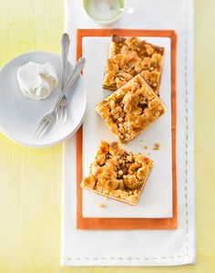 Hefe-Blechkuchen mit Mirabellen und Butterstreuseln