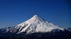 Este volcán es en El Parque Nacional Lanín que está entre Chile y Argentina. Hay muchos animals únicos allí.