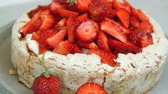 Det er de norske jordbærene som gjør denne kaken til en fryd. Baking Recipes, Keto Recipes, Norwegian Food, Let Them Eat Cake, I Love Food, Cake Cookies, No Bake Cake, Food Inspiration, Deserts
