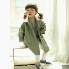 Lhotseより  次回入荷予定商品です。 このカーキのコートが可愛い♪ 好きだなぁ~(*´`*) size/5,7,9,11,13 予想では90か100くらいから130か140くらいのサイズかと思われます。 詳しいサイズや値段が分かりましたらまたこちらでお知らせします。  #Lhotse#子供服#こどもふく#韓国子供服