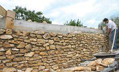 Amazing Ideas to Cover an Ugly Fence in the Garden: These Ideas .-Úžasné nápady, jak zakrýt ošklivý plot na zahradě: Tyto nápady vypadaj… Amazing ideas on how to cover an ugly fence in the garden: These ideas look really amazing! Cinder Block Walls, Gabion Wall, Building Stone, Stone Masonry, Stone Fence, Stone Cladding, Brickwork, Stone Houses, French Country Style