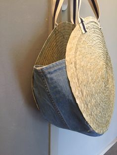 DIY- Panier de plage rond- jeans The proper fit is everything. Diy Jeans, Recycle Jeans, Diy Clutch, Clutch Bag, Tote Bag, Kate Spade Clutch, Diy Sac, Denim Bag, Jeans Denim
