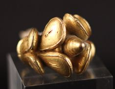 This golden ring is originated from the Akan people in Ghana and was made for the kings and important chiefs. It is tested by Waarborg Holland and has a gold content of Private collection.G in NL / Tribal Art Treasures Ethnic Jewelry, African Jewelry, Western Jewelry, Modern Jewelry, African Masks, African Art, Antique Rings, Antique Jewelry, Treasures Jewelry