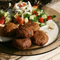 This Middle Eastern snack is also known as ta'amia. Falafel is a very popular food in the Arab East where it is regarded as a national food. Street vendors usually tuck falafel into pita bread with chopped lettuce and tomato and plenty of tahini sauce Best Falafel Recipe, Hummus Recipe, Shawarma, Lebanese Recipes, Vegan Recipes, Comida Judaica, Comida Kosher, Bulgur, Chickpeas