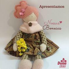 """Boa tarde artistas! Essa delicadeza de boneca se chama """"Bibi"""" e foi feita pela nossa prof xuxa mais linda da Duna a Drica!  Vamos apresentando todas as bonecas lançadas e ainda não lançadas para que vocês conheçam uma a uma... #DunaAtelier #Criatividade #FaçaVocêMesmo #Decoração #Boneca #Costura #Sewing #Quilting #PatchWork #Tecido #Fabric #EuAmoPatchWork #Quilt #EuAmoArtesanato #FeitoaMão #Artesanato #DIY #Doll #ByDrica #Dolls #Curso #vemaí #Bonequeira #Cursodebonecas #Acredite"""