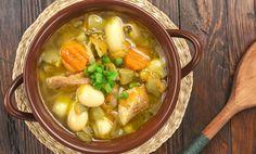 Den här soppan är otroligt perfekt på en kall och regnig kväll. Jag vet att det är många ingredienser men i grund och botten så sauterar du bara alla kry