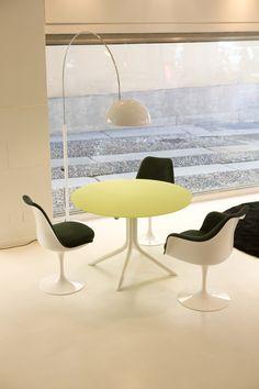 """Der Kunstoffstuhl """"Saarinen Tulip"""" von Knoll wurde aufgrund der geschlossenen Gestalt von Fuß und Sitz zum Designklassiker."""
