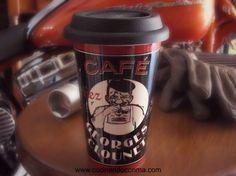 Divertido mug de cerámica con tapa de silicona ideal para transportar y conservar el café caliente todas las mañanas.