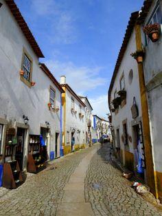 Une matinée à Obidos… - par Gwen Gonzalez, In bed with Gwen 05.02.2014 | La vallée, le village en bleu, blanc et jaune en contre bas, l'immense église abandonnée au loin... Obidos est bien l'un des plus beaux villages que nous avons visité, pour l'instant !... #Portugal