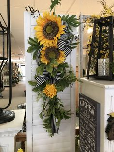 sunflower swag wreath - change ribbon to fall Doors Decoration That Look Fantastic - Home Decor IdeasOhhhh My Heart ♥️ I am CRAAAZY for Sunflowers 🌻 this Fall! This teardrop swag will go Perfectly on my side door!gorgeous for an outside porch Wreath Crafts, Diy Wreath, Wreath Ideas, Burlap Wreath, Sunflower Wreaths, Sunflower Door Hanger, Sunflower Decorations, Sunflower Crafts, Sunflower Kitchen Decor