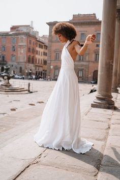 Styled shoot in Florenz mit @bernifreun. Das Brautkleid gibt es bei der lieben Ela von @elas_braeute in. Mainz. Kleider | @elas_braeute Villa, White Dress, Photography, Dresses, Fashion, Environment, Florence, Picture Ideas, Tuscany