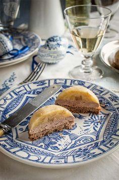 Pequeños pasteles de tres capas con pan de especias, foie mi-cuit y compota de manzana