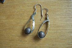 Γυναικεία σκουλαρίκια από λευκό μέταλλο(αλπακά)και μεταλλικές μπάλες