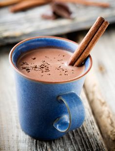 Craving a cup of delicious hot chocolate on the go? Here are a few recipes for making hot chocolate in an RV or on a camping trip Hot Chocolate Recipe Easy, Healthy Hot Chocolate, Nutella Hot Chocolate, Mexican Hot Chocolate, Chocolate Bars, Chocolate Treats, Chocolate Dishes, Rum Recipes, Epicure Recipes