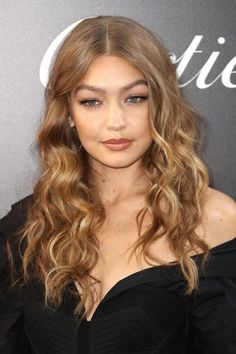 Gigi Hadid's Gorgeous Balayage Gigi Hadid's neutral blonde hair colour is great for blondes looking Neutral Blonde Hair, Medium Blonde Hair, Blonde Hair Looks, Honey Blonde Hair, Balayage Long Hair, Blonde Balayage, Medium Hair Styles, Natural Hair Styles, Long Hair Styles