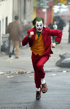 Joaquin Phoenix spotted in full costume as Joker running from cops - <img> Phoenix running: He also has his hair died green and is wearing a pair of brown loafers as he runs through the streets of Gotham Joker Batman, Batman Comics, Joker And Harley Quinn, Dc Comics, Joaquin Phoenix, Joker Costume, Joker Cosplay, Cosplay Costumes, Joker Film