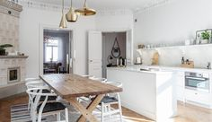 I den her svenske lejlighed har man indrettet med respekt for hjemmets sjæl. Lejligheden blev opført i 1890 og er blevet renoveret, hvilket har givet den et moderne udtryk.