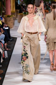 Oscar de la Renta Spring 2020 Ready-to-Wear collection, runway looks, beauty, mo. - 2020 Fashions Woman's and Man's Trends 2020 Jewelry trends Over 50 Womens Fashion, 50 Fashion, Fashion 2020, Couture Fashion, Runway Fashion, Spring Fashion, High Fashion, Fashion Show, Fashion Looks