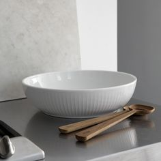The Hammershøi salad servers by the manufacturer Kähler Design made of high quality oak are available at the home design shop. Rustic Farmhouse Furniture, Farmhouse Chairs, Table Accessories, Kitchen Accessories, Scandinavian Style, Design Online Shop, Oak Color, Pottery Designs, How To Make Salad