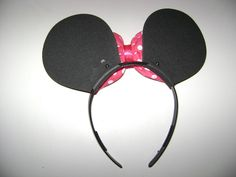 Arco da Minie em plástico, orelhas em EVA e lacinho em algodão rosa com poá e fita. Pode ser feita tiara do Mickey para os meninos somente com as orelhinhas, sem o laço de fita(ver produto no link http://www.elo7.com.br/arco-do-mickey/dp/19D442). Fazemos os laços em outras cores sob consulta.  Pe...