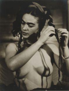 frida kahlo, photographer julien levy