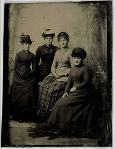 Group portrait of four women, bully Karen Mose, born Olsen, Oslo 1864, to the right. The bag plants in full figure, two sitting in the studio with a painted backdrop. Suits thought from the late 1880s, Oslo.