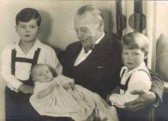 Gróßherzog Ernst Ludwig von Hessen-Darmstadt mit seinen Enkeln Ludwig, Johanna und Alexander,  1936