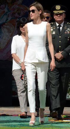 Doña Letizia, la reina de los niños en Honduras - Con un atuendo veraniego, la Reina también se entrevistó con los que están implicados en las tareas de cooperación en el país