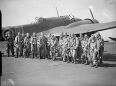 Bomber crews of No. 83 Squadron RAF line up by a Handley Page Hampden. Air Force Bomber, Avro Vulcan, Lancaster Bomber, British Armed Forces, History Online, Ww2 Aircraft, Royal Air Force, Historical Photos, World War Ii