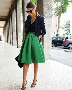 6f69ae62a8 Ideas para combinar falda verde con chaqueta negra Faldas Verdes