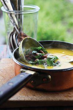 Hokkaidosuppe med parmesan og rugbrødscroutoner, samt belugalinsesalat med grønkål og hasselnødder