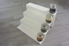 DIY leuke kruidenpotjes met krijtstickers. Ook maken we een mooi, overzichtelijk kruidenrekje voor de kruidenpotjes.