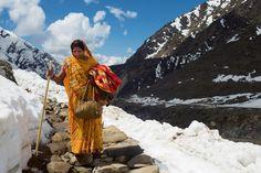 Telle cette femme en route vers le temple de Kedarnath, nombre d'Hindous se font un devoir d'effectuer une fois dans leur vie le pèlerinage vers les quatre sanctuaires sacrés du Chota Char Dham Yatra - National Geographic France