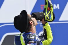 """Valentino Rossi su Twitter: """"Dopo la vittoria sarebbe stato più bello,ma era buono lo stesso #shoey #delicious https://t.co/f5SBygRRhV"""""""
