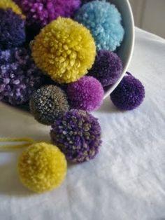 Pom-pom tutorial using 2 fingers to wrap yarn around. Produces a pom-pom approx using DK. Pom Pom Wreath, Pom Pom Rug, Pom Poms, Crafts For Kids, Arts And Crafts, Diy Crafts, Knitting Projects, Crochet Projects, Art Projects