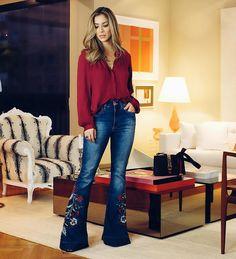 O sempre bom jeans! Essa modelagem flare deixa o corpo ó e o bordado na barraé lindo demais! Look todo @jeanseria