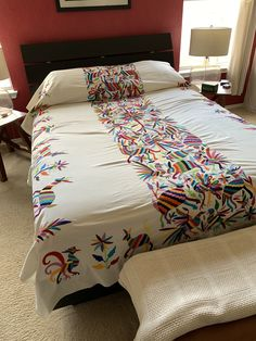 Bordado a mano Otomi Bedspread // Mantel Maravilla Hand Embroidery Designs, Embroidery Patterns, Mexican Fabric, Mexican Designs, Queen Size Bedding, How To Make Bed, Bed Spreads, Bed Sheets, Home Decor
