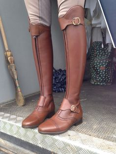 Shown here in brown (escuro) with 2 straps.