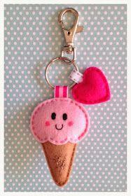 Voor een bijna jarig buurmeisje heb ik deze sleutel-/ tashanger gemaakt... ...en een elastiekje. ...