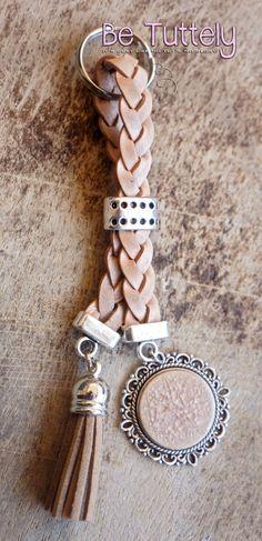 Sleutel / tashanger gevlochten leer beige met bedels (kan met foto)
