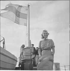 Lotta seisoo vartiomoottoriveneen kannella Mäkiluodon luona heinäkuussa 1942. History Of Finland, Ww2 Women, Air Raid, Troops, Soldiers, Women In History, Armed Forces, World War Two, Wwii