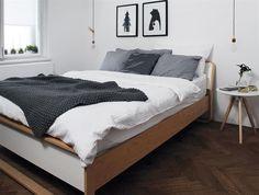 Stará postel dostala novou matraci, povlečení odráží roční období.