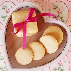 Biscotti al burro, golosi e friabili che si sciolgono in bocca. Semplici o decorati con cioccolato, la base ideale anche per le decorazioni con ghiaccia!