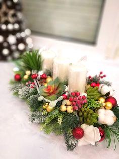Dekoracja świąteczna z czerwień sukulentami roz. M Christmas Wreaths, Table Decorations, Holiday Decor, Home Decor, Atelier, Decoration Home, Room Decor, Home Interior Design, Dinner Table Decorations