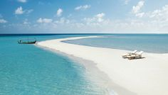 フォーシーズンズリゾート モルディブ、ランダーギラーヴァル > Sandspit >  Four Seasons Resort Maldives at Landaa Giraavaruへようこそ。当リゾートはモルディブで唯一のユネスコ生物圏保護区であるバア環礁の中央に位置する、モルディブ最大級のラグーンに浮かぶ広さ17.8ヘクタールの孤島にあり、マーレから水上飛行機でアクセスします。手付かずの自然が残るこの地では、シュノーケリングでウミガメやエイ、ジンベイザメと戯れたり、Marine Discovery Centreの自然環境保護プロジェクトに参加したりと、他では味わえない体験をお楽しみいただけます。心身の調和を目指す癒しの空間、Spa and Ayurvedic Retreatもご利用ください。ゲストルームはビーチやラグーン、緑が生い茂るトロピカルな場所にあり、プライバシーを確保した設計になっています。