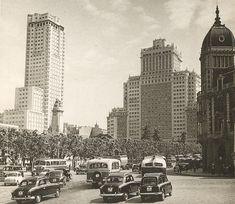Plaza de España. 1959. El primero en ser construido fue el Edificio España (obra de los hermanos Otamendi Machimbarrena) entre los años 1948 y 1953. Lo construyó la Compañía Inmobiliaria Metropolitana, con financiación oficial. El segundo fue la Torre de Madrid en 1957, de los mismos arquitectos y por la misma compañía que su vecino. El tráfico, como puede apreciarse, ya era considerable para la época. Y aparecían los primeros Seat 600.