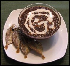 Tuyo (dried salted fish) and champorado (chocolate porridge) is a popular Filipino breakfast or merienda combination. Desserts For A Crowd, Easy Desserts, Dessert Recipes, Champorado, Chocolate Porridge, Filipino Breakfast, Filipino Recipes, Filipino Food, Philippines Food